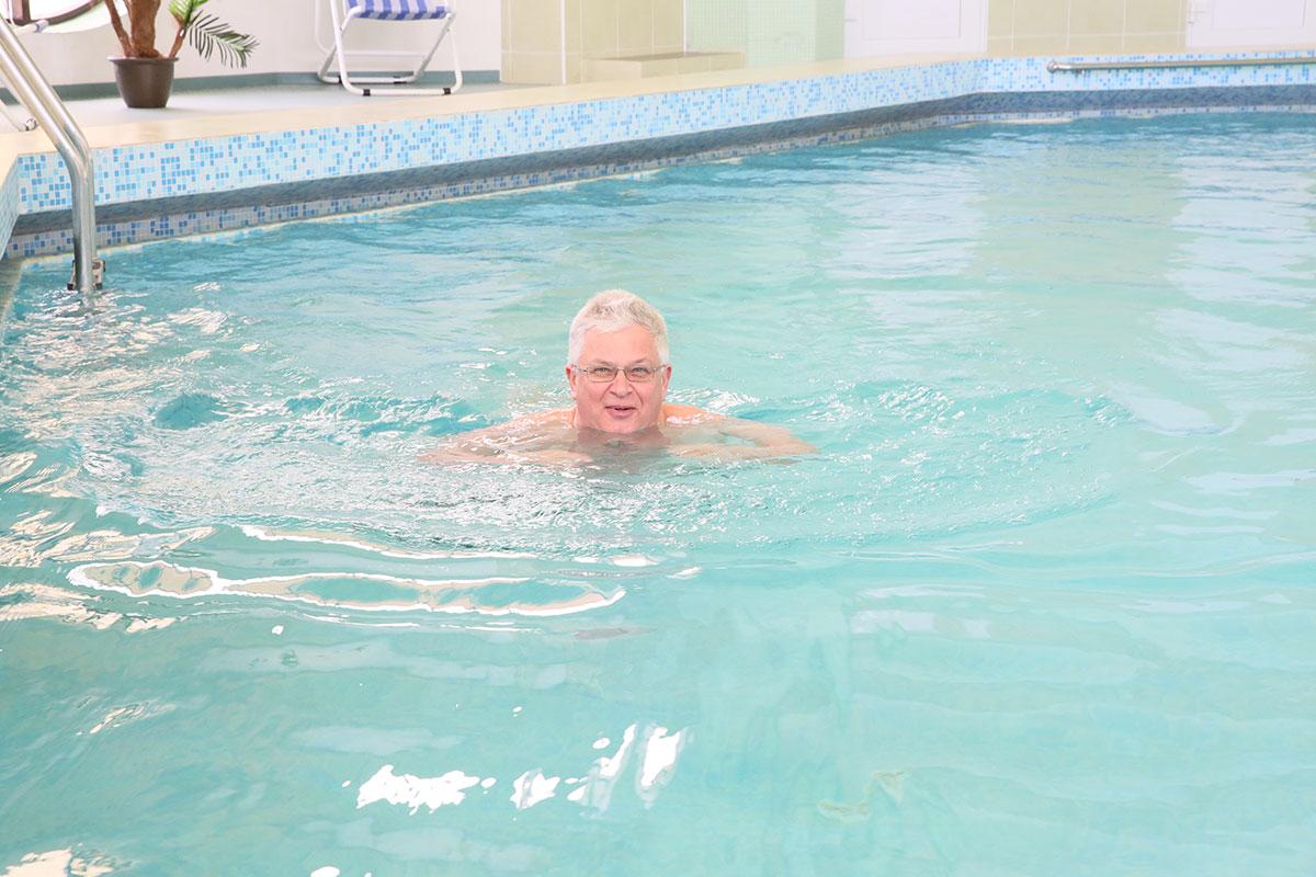 Воздействие плавания на укрепление суставы что делать если опухают суставы на пальцах рук